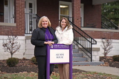 Carolyn Ridley '81 (left) and Lisa Harper '90